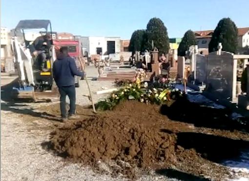 Nessuno ha scavato la fossa: sconcerto e polemiche al funerale