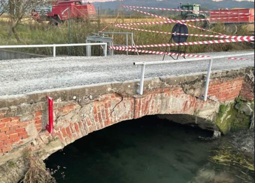Fontanetto: crepa al ponte sulla Roggia Camera
