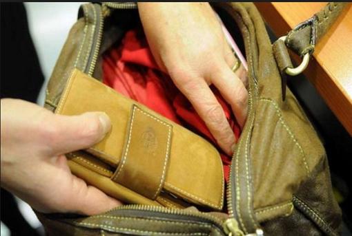 Entra in chiesa e ruba il portafoglio a una donna