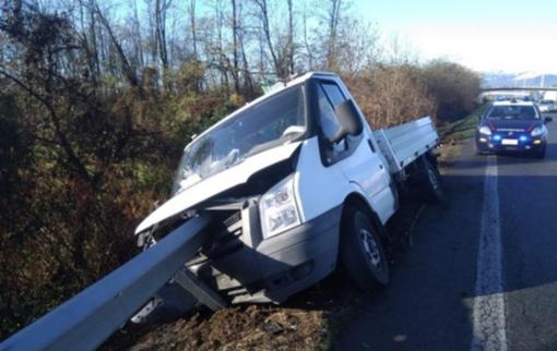"""""""Infilzato"""" dal guard rail: camion distrutto, conducente in salvo"""