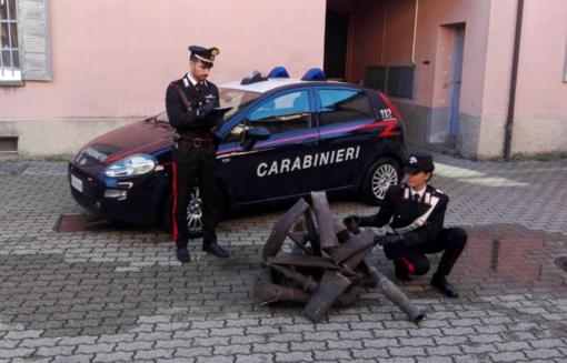 Le forze dell'ordine con parte del materiale recuperato