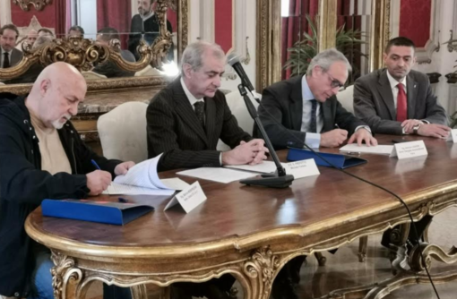 La firma dell'accordo alla presenza del Prefetto Tortora e del sindaco Cappuccio