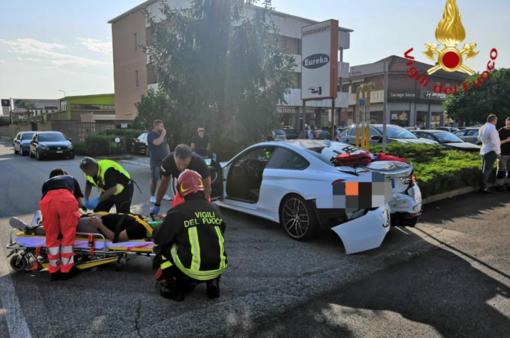 Scontro davanti a McDonald's: due feriti bloccati in auto