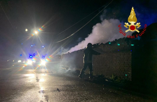 Incendio a San Genuario: distrutta una legnaia
