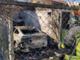 L'auto in fiamme rischia di danneggiare una casa