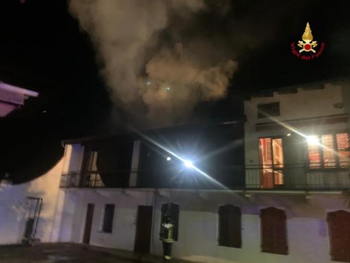 A fuoco il tetto di un'abitazione