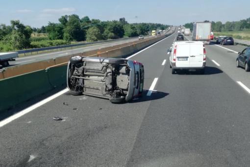 Incidente in autostrada: capotta più volte