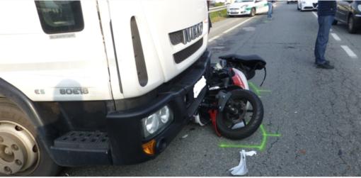 Scontro scooter-camion sulla Trossi: 18enne al Pronto Soccorso - FOTO