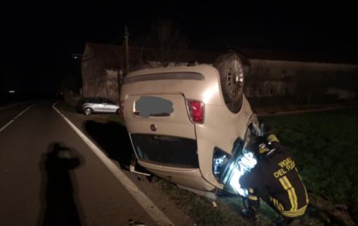 Frontale sfiorato: auto fuori strada, conducenti in ospedale