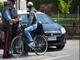 Fermato in sella a una bici rubata