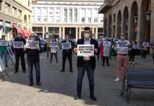 """""""Burocrazia zero e potere ai sindaci"""": flash mob contro il Governo"""
