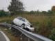 Fuori strada con l'auto, conducente estratto dai Vigili del Fuoco