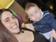 Gaia Russo con il piccolo Leo in braccio