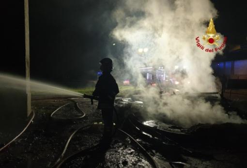 Distrutto dalle fiamme un deposito di legna