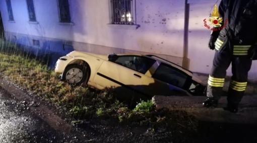 Auto nel fossato, una persona ferita