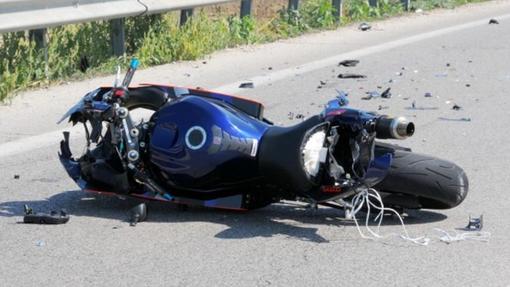 Si schianta contro un mezzo gru: motociclista morto