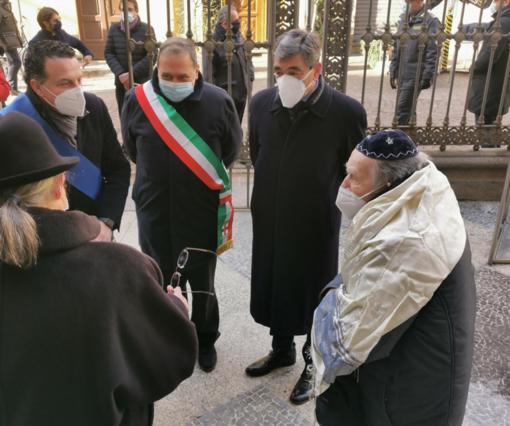Mario Pollarolo Cohen con le autorità davanti alla Sinagoga