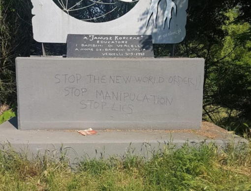 "Deturpato il monumento a Janusz Korczak. Appello ai vandali. ""Rimediate"""