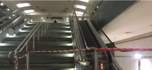 Paura alla stazione metro Monte Grappa: controsoffitto crolla sulle scale mobili (FOTO e VIDEO) Leggi