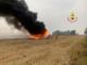 Mietitrebbia avvolta dalle fiamme in una risaia di Tronzano