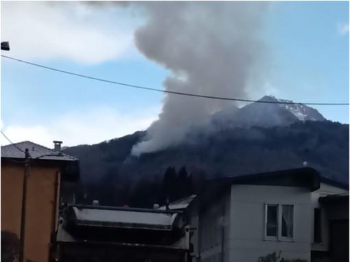 Fiamme nel bosco vicino all'Alpe Noveis, fumo visibile a chilometri di distanza