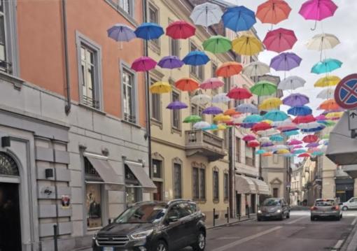 Uno spicchio di cielo colorato... di ombrelli