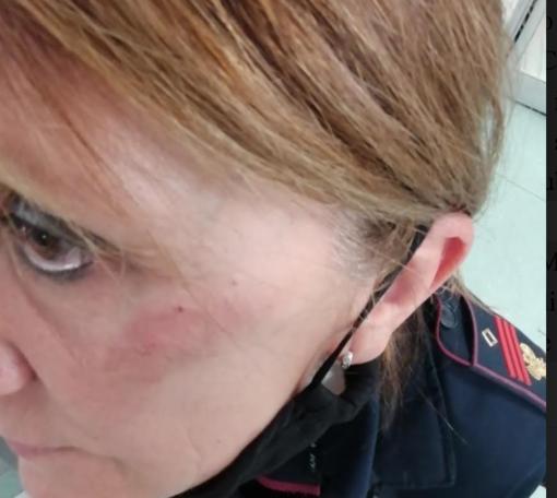 Processo a giugno per la donna che ha preso a calci la poliziotta. Intanto è libera