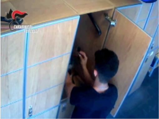Svuotava gli armadietti della palestra: in manette un 21enne