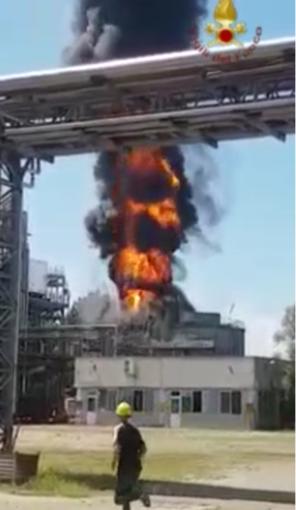 Lo spaventoso incendio della torre di raffreddamento Alcoplast - video
