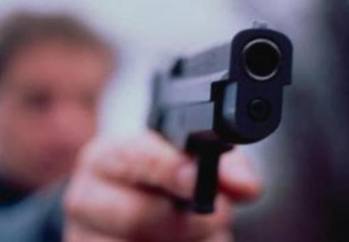 """""""Dammi i soldi, se no uso la pistola"""". Tormenta lo zio e si fa consegnare 26mila euro in un anno"""