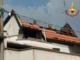 Le fiamme divorano il tetto di una casa