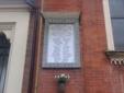 La lapide a ricordo dei reduci e dei caduti del rione posta a sinistra della facciata della Parrocchia Salesiana del Sacro Cuore