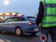 Imbocca la rotonda contromano e ferisce un automobilista