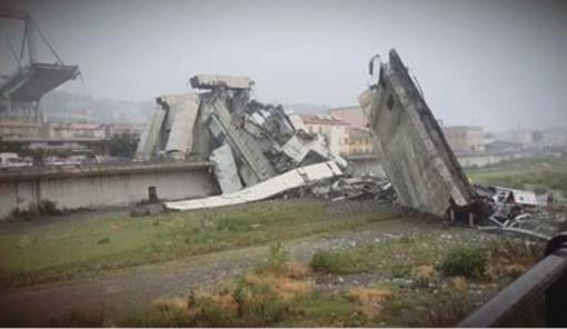 Trenta auto e tre mezzi pesanti precipitati nel vuoto