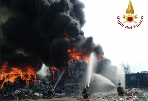 """Incendio a Palazzolo: """"Chiudete porte e finestre e restate in casa"""""""