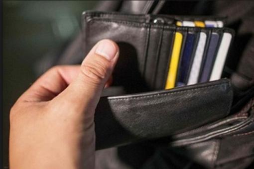 Adocchia un ragazzo che gioca al gratta-e-vinci e gli frega il portafoglio