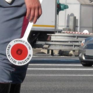 Alza il gomito prima di andare funerale: denuncia e patente saltata