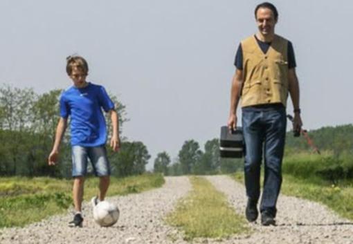Neri Marcorè e Tommy in una scena del videoclip