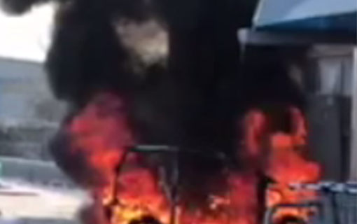 Auto a fuoco e supermercato evacuato