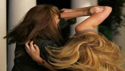 Schiaffi e spintoni tra due donne: arrivano i carabinieri