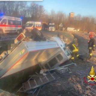 Incidente a Rovasenda: furgone e Fiat 500 finiscono fuori strada