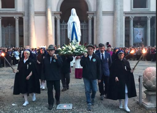 In processione, sentendosi come a Lourdes - FOTOGALLERY