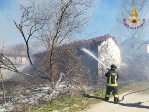 Robbio: fiamme in un'attività commerciale, i vigili del fuoco limitano i danni