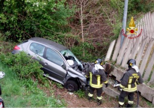 Si ribalta con l'auto: morto un uomo