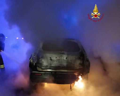 Stroppiana, auto distrutta dalle fiamme