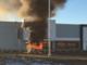 L'auto di Simona Rocca a fuoco sul piazzale dell'area commerciale vercellese