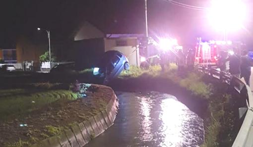 L'auto finisce nel canale in piena: conducente salvato da due poliziotti eroi
