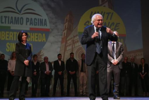 Roberto Scheda; dietro di lui la figlia, avvocato Sara Scheda