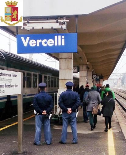 Bloccano il treno in partenza appendendosi alla motrice