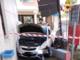 Scontro in pieno centro: auto abbatte la centralina telefonica